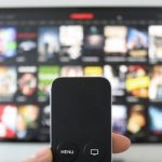 Binge watching e sneaking – I fenomeni legati alle maratone di serie TV